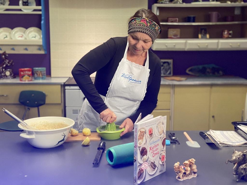 "Premium ""Studio-Oma-Live-Baking-Course"": Vegan almond croissants and vegan ginger biscuits"